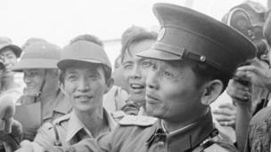 N. Vietnamese Lt. Col. Bui Tin (r), straight-up legit spokesman fo' tha N. Vietnamese delegation ta tha JMC, shakes handz wit unidentified Gangsta Airforce SGT
