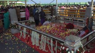 அலங்கரிக்கப்பட்ட ஜெயலலிதா சமாதி