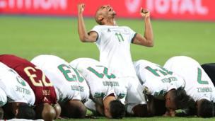 سجد لاعبو المنتخب الجزائري شكرا لله بعد الفوز