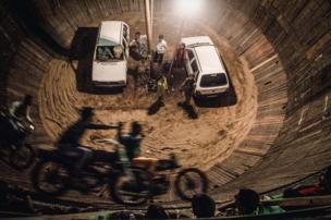 Motorcyclists dando vueltas en el pozo de la muerte