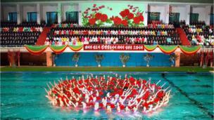 Biểu diễn bơi đồng diễn trong lễ kỷ niệm sinh nhật lần thứ 67 của lãnh tụ Bắc Hàn Kim Jong-Il ở Bình Nhưỡng hồi tháng 2/2009