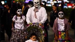 A family takes part in the Catrinas parade in Mexico City