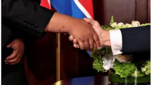 وهذه أول مرة يلتقي فيه زعيم كوري شمالي مع رئيس أمريكي لا يزال في سدة الحكم.