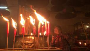 Người Hong Kong làm lễ trong đền Văn Vũ, Hollywood Road