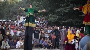 اين طرح در كابل به وسيله موسسه اى به نام MMCC برگزار مى شود و چهل درصد از هنراموزان ان را دختران تشكيل مى دهند.