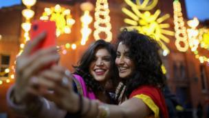 દિવાળીના તહેવાર પર સેલ્ફી ક્લિક કરતી બે યુવતીઓ