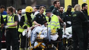 El atacante atropelló a varias personas con un automóvil sobre el puente Westminster y luego apuñaló a un policía a las puertas del Parlamento.