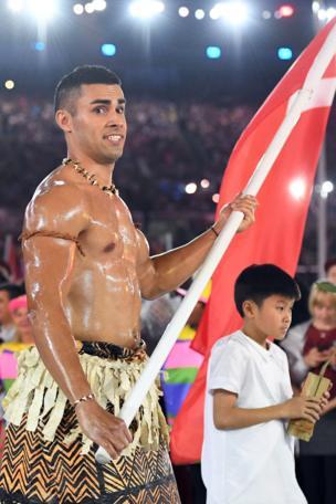 Ninka reer Tonga-na jidhkiisa iyo saliidda uu is mariyay ayaa indhaha soo jiitay