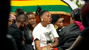 Ụmụ nwaanyị Zimbabwe ebe ha na-eru ụjụ maka Robert Mugabe