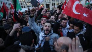 Mutane a birnin Berlin na Jamus sun taru a gaban Brandenburg Gate suna daga tutocin Falasdinu da Turkiyya