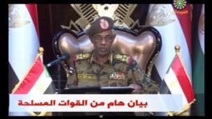 وزير الدفاع السوداني عوض بن عوف أعلن أيضا عن تعطيل العمل بالدستور وتفعيل حالة الطوارئ.