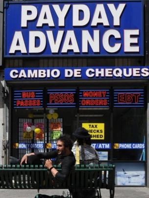 Los trabajadores que no disponen de cuentas bancarias acuden a cambiar sus cheques en negocios donde les cobran hasta 5% del monto total.