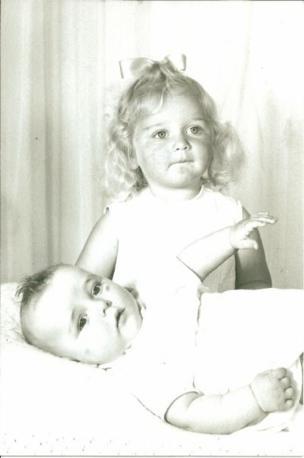 Hayley Kemp y una hermana.