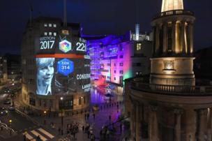 عرض نتائج استطلاعات الرأي على مبنى بي بي سي