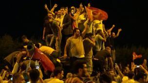 Atatürk Havalimanı'nda tankın üstüne çıkan göstericiler