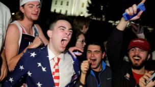 Seguidores de Donald Trump gritan de alegría frente a la Casa Blanca.