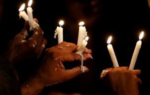 يحمل أنصار الرئيس السريلانكي السابق ماهيندا راجاباكسا الشموع