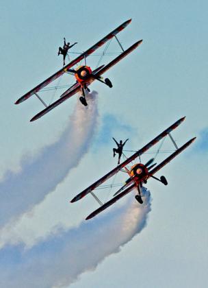 Pilotos en aviones.