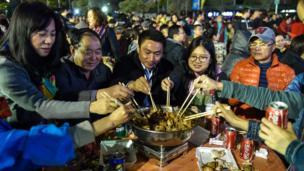 在中國南部深圳市福田村的居民按自己的傳統在元宵節舉辦」盆菜宴」