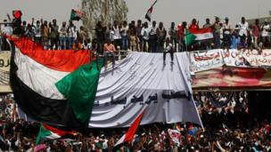 Yadda 'yan Sudan suka fita kwansu da kwarkwatarsu domin nuna adawa da mulkin Omar al-Bashir a Sudan.