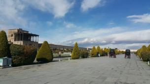 الهه: میدان نقش جهان اصفهان، عمارت عالی قاپو؛ صبح امروز پس از باران ناب پاییزی