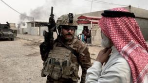 อาเหม็ด หนึ่งในทหารหน่วยรบพิเศษ สอบถามชายคนหนึ่งเกี่ยวกับที่ซ่องสุมของไอเอส