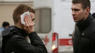 """Пострадвшие от взрыва в метро стоят около станции """"Сенная площадь"""""""