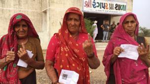 મતદાનનાં ભાતીગળ રંગ: મોરબી જિલ્લાનાં ગ્રામ્ય વિસ્તારોનાં મહિલાઓએ પણ મતદાનના અધિકારનો ઉપયોગ કર્યો હતો