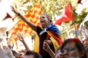 Katalan bağımsızlık hareketinin sembolü olan Estelada bayrağını taşıyan bir kadın