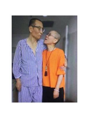 野渡在推特上轉發了一張劉曉波和妻子劉霞相擁而立的照片,並配上了