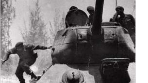 காஸ்ட்ரோவின் ஆட்சியை கவிழ்க்க முயன்றவர்களை எதிர்த்து பே ஆஃப் பிக்ஸில் நடத்திய போர்.