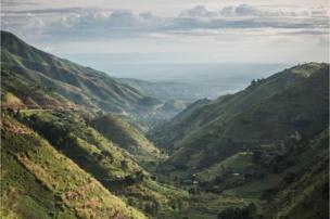 O trajeto inclui uma paisagem particular: as montanhas Rwenzori, no extremo oriente do país.
