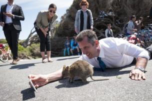 وزير في إحدى الولايات الأسترالية منبطح على الأرض