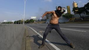 Hombre lanza un artefacto explosivo
