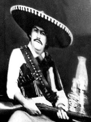 Escobar vestido de Mariachi