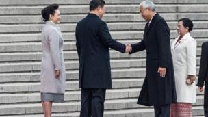 တရုတ်နိုင်ငံရဲ့ Great Hall of the People နေရာမှာ သမ္မတ နဲ့ ဇနီးအား ကြိုဆို ဧည့်ခံ