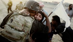 سيدة تعانق أحد أفراد قوات مكافحة الإرهاب، المعروفة باسم الفرقة الذهبية، بعد الاستيلاء على آخر قرية تقع في المشارف الشرقية للموصل