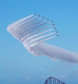 Los aviones llamados Flechas Rojas mientras toman altura