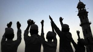 مسلمون يبتهلون إلى الله