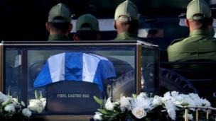 خاکستر جسد فیدل کاسترو در یک ظرف کوچک مزین به پرچم کوبا