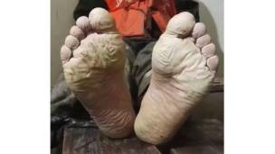 Man with mud-soaked feet taken from Weibo