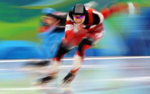 2010-இல் நடந்த வான்கூவர் குளிர்கால ஒலிம்பிக்சில், பெண்களுக்கான 500 மீட்டர் ஸ்கேடிங்கில் அமெரிக்காவின் எல்லி ஒச்சோவிக்ஸ் உடன் போட்டியிடும் கனட வீராங்கனை ஷன்னான் ரம்பெல்.
