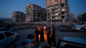 ઈરાન-ઇરાક સરહદ પર ધરતીકંપને કારણે રસ્તા ઉપર આશ્રય લઈ રહેલા લોકોની તસવીર