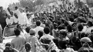 ગાંધીએ ૧૯૮૯માં ગુજરાતનો ચાર દિવસનો પ્રવાસ ખેડ્યો હતો. આ દરમિયાન રેલવે અને રોડ બંને મારફતે તેમણે મુસાફરી કરી હતી.