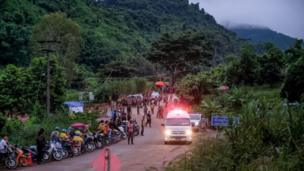سيارات الإسعاف على أهبة الاستعداد في الموقع في انتظار خروج الأطفال