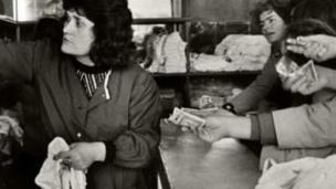 Les sous-vêtements féminins étaient rares en Albanie avant la chute du communisme