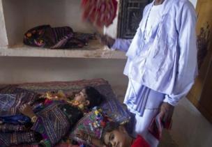 நீண்ட தூரம் பயணம் செய்ததால் தூங்கிவிட்ட மணமகனுக்கு அவரது தந்தை விசிறிவிடும் காட்சி