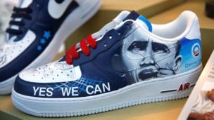 """Zapatillas con la frase """"Sí, podemos"""" de la campaña de Obama"""