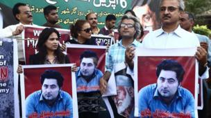 متظاهرون يحملون صور مشال خان