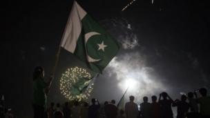 Them do fireworks at midnight to jollificate the divide of India from British Power for 1947